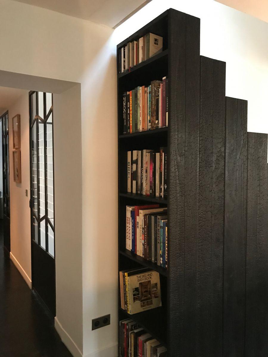 in een voormalige dienstmeisjeskamer die al 40 jaar niet meer gebruikt werd ontwierp romain chancel deze trap die tevens dienst doet als boekenkast